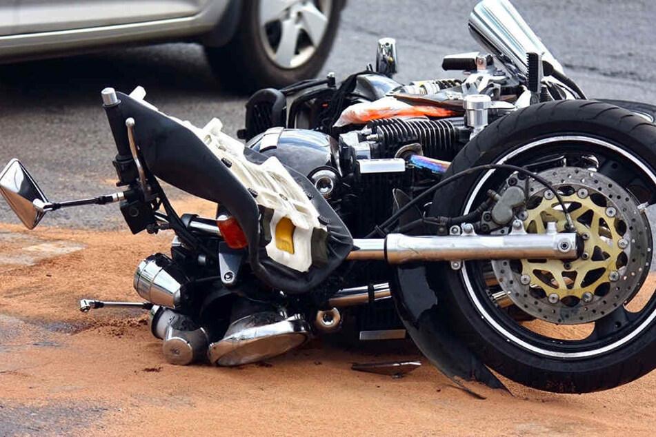 Harley-Fahrer übersieht rote Ampel: Schwer verletzt