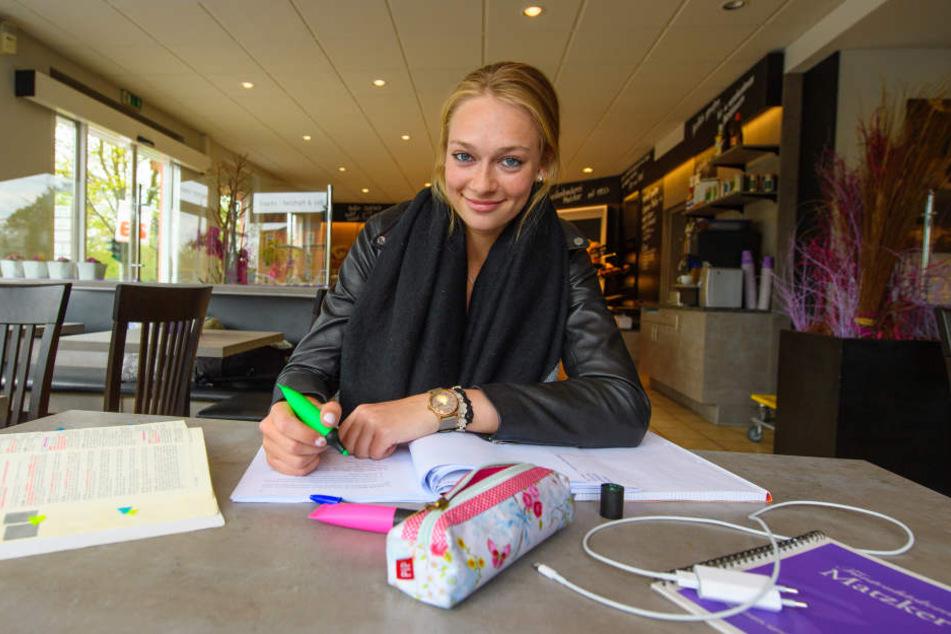 Studentin Dominika Strumilo lernt  in der Bäckerei Matzker für die anstehenden Prüfungen - und sieht dabei ganz  entspannt aus.