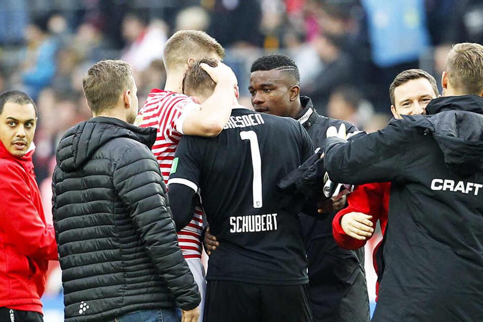 Sogar die Kölner Torschützen Simon Terodde und Jhon Cordoba trösteten nach dem 8:1 Dynamos Torwart Markus Schubert.