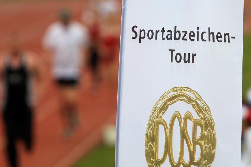 Ein Schild weist auf die Sportabzeichen-Tour hin.
