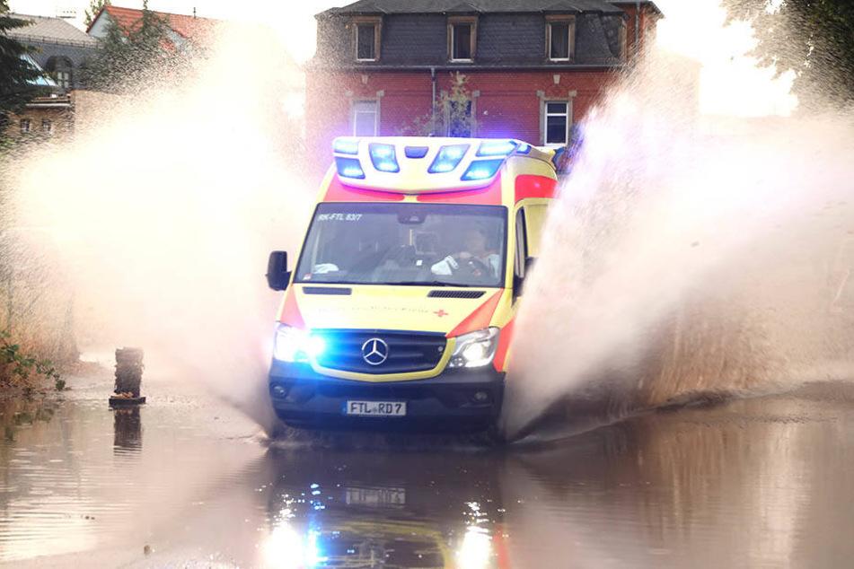 Auch ein Krankenwagen musste sich den Weg durch die Fluten bahnen.