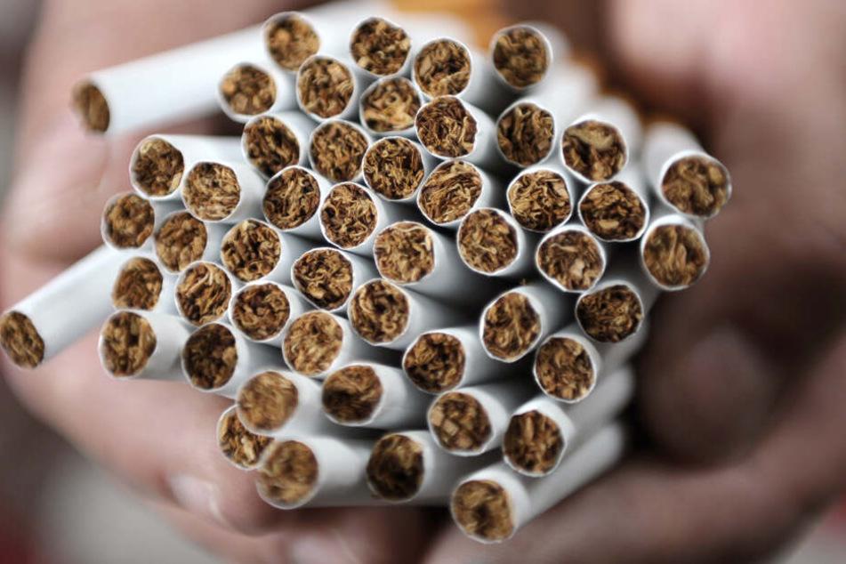Rund 50.000 Zigaretten fanden die Beamten. (Symbolbild)