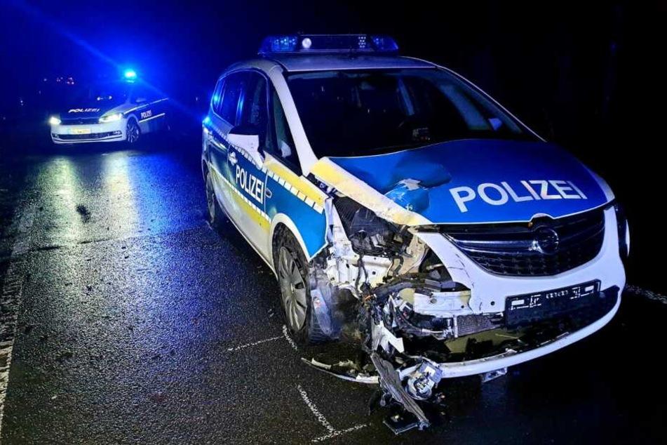 Später krachte ein Polizeiauto in den auf der Straße liegenden Motorblock des Unfallautos.
