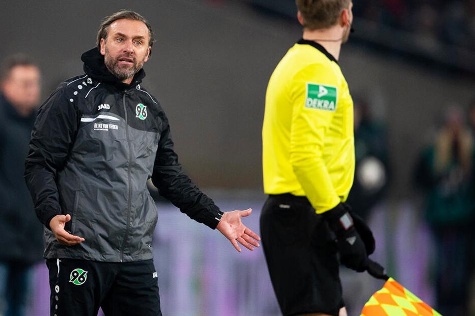 Hat noch viel Arbeit vor sich: Hannovers neuer Coach Thomas Doll (l.).