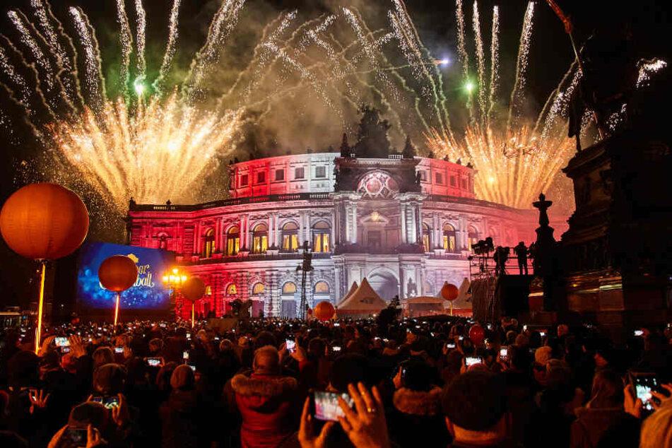 Fulminant startete der SemperOpernball mit einem Feuerwerk auf dem Theaterplatz.