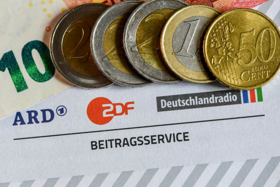 Auf einem Informationsblatt zum Rundfunkbeitrag liegen 17.50 Euro, alle vier Jahre wird neu über den Beitrag entschieden.