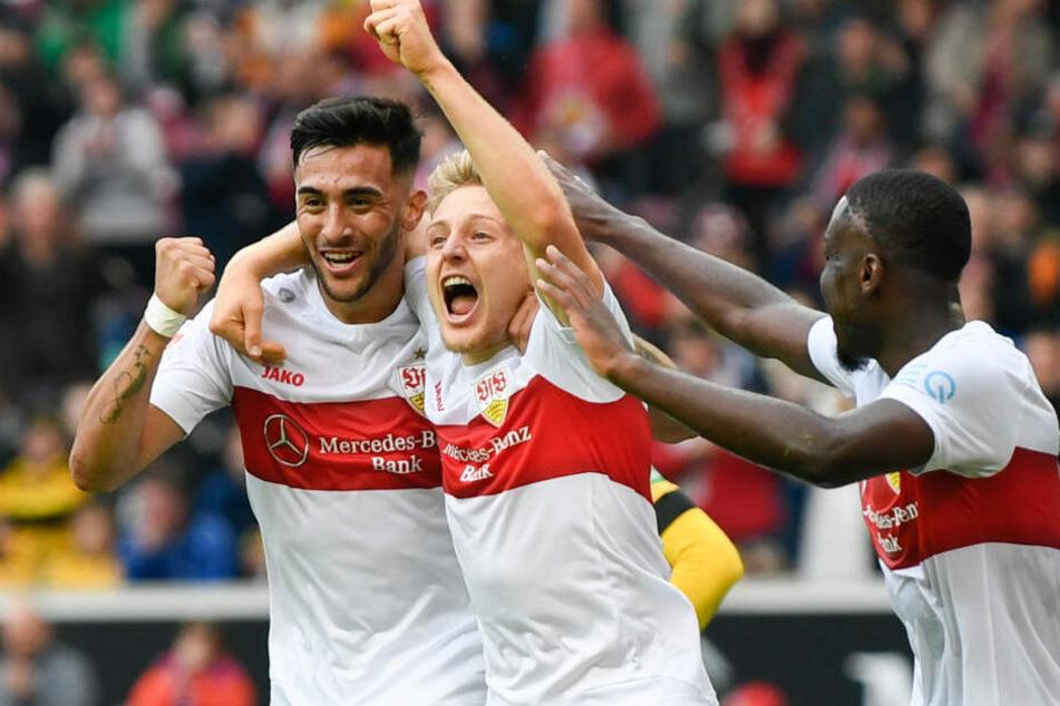 Santiago Ascacibar (M) vom VfB Stuttgart jubelt nach seinem Tor zum 2:0 mit Nicolas Gonzalez (l.) vom und Orel Mangala (r.).
