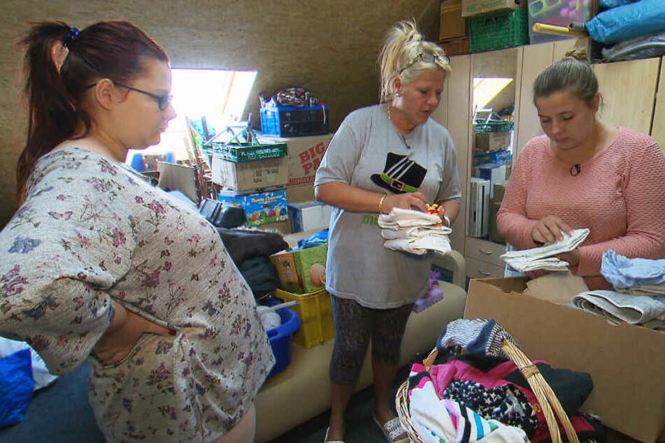 Mama Silvia sucht auf dem Speicher der Familie gemeinsam mit Tochter Sarafina Babysachen für die schwangere Calantha (li.) heraus.