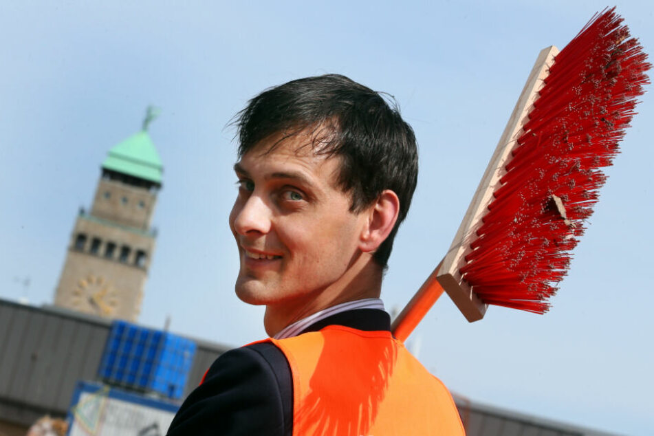 Martin Hikel (32, SPD), Neuköllns Bezirksbürgermeister, startet mit einem Straßenbesen den Frühjahrsputz rund um die Rollberg-Siedlung im Bezirk Neukölln. (Archivbild)