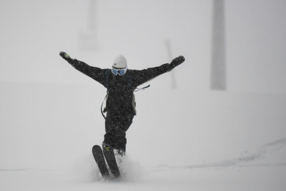 Bereits ein einzelner Skifahrer kann eine Schneebrettlawine auslösen. (Symbolbild)