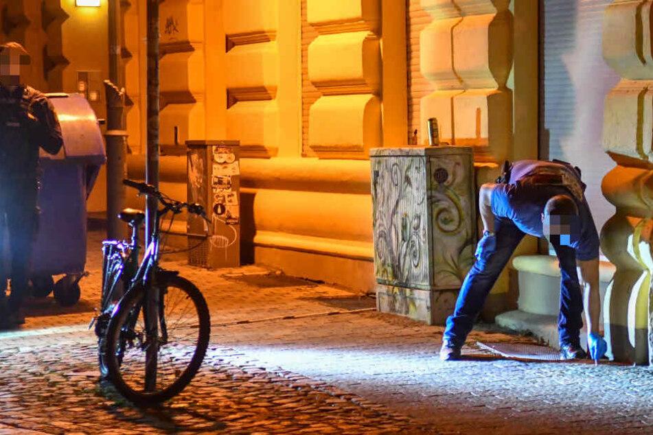 Kriminaltechniker sicherten Blutspuren am Tatort.