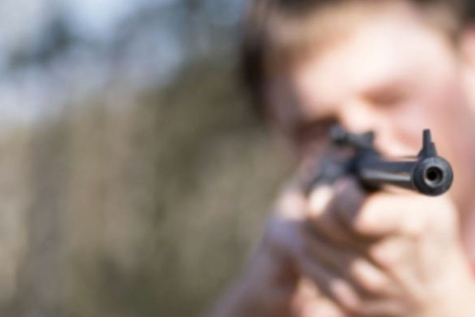 Kaum, dass er auf seiner Terrasse saß und sich erholte, schoss ihn jemand an. (Symbolbild)