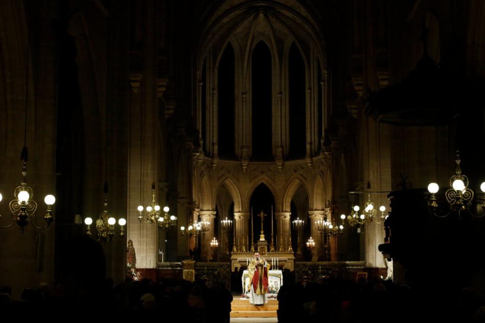 Notre-Dame Pfarrer Jean-Philippe Fabre feiert die Weihnachtsmesse in der Kirche Saint-Germain-l'Auxerrois.