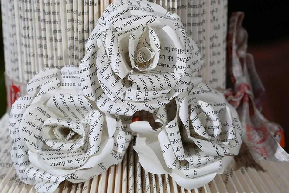 Auch kleine Rosen stellt Nicole Borszio aus Buchseiten her.