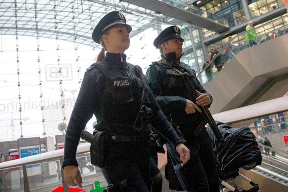 Polizisten am Berliner Hauptbahnhof. Das neue Klau-Phänomen spielt sich allerdings in den Zügen ab.