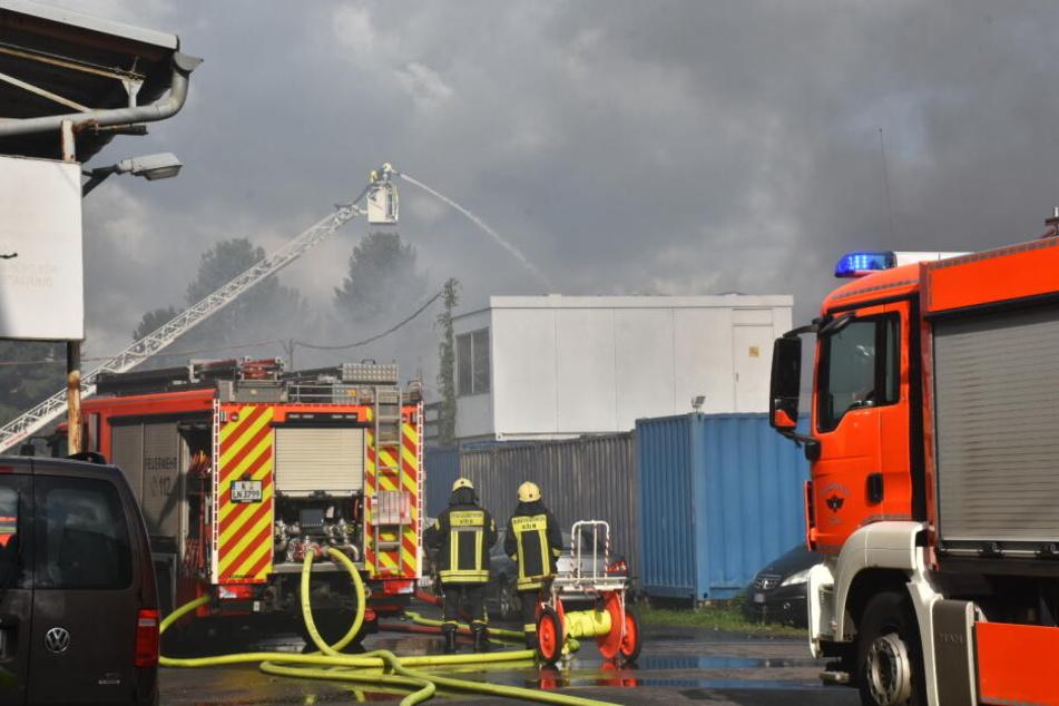 Bei der Brandbekämpfung ist auch eine Drehleiter im Einsatz.