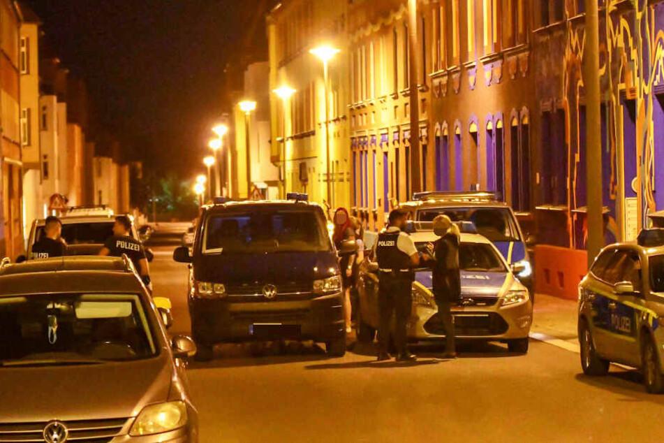 Die beiden jungen Männer hatten zuvor Streit mit Passanten auf der Straße angefangen.