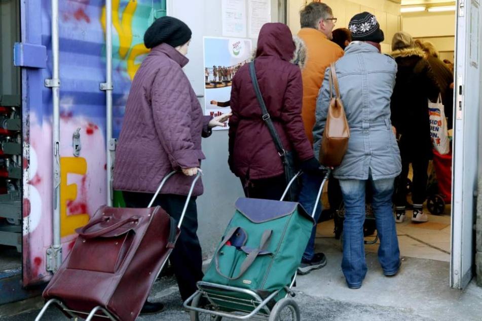 Hier holen sich Menschen an der Essener Tafel ihre Lebensmittel-Ration ab.