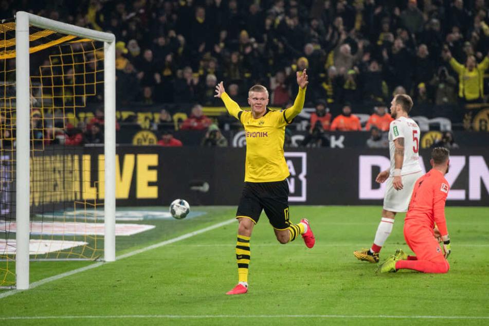 Dortmunds Erling Haaland (M) jubelt über seinen Treffer zum 4:1.