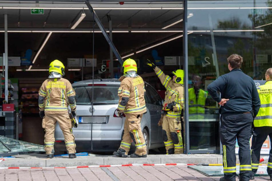 Die Feuerwehr musste das Auto der Rentnerin aus dem Supermarkt entfernen.