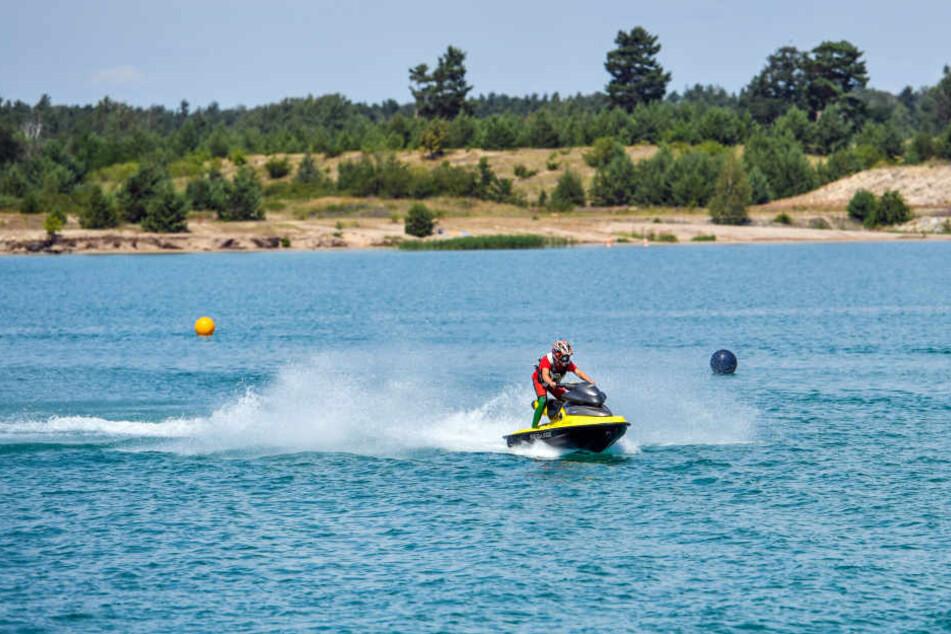 Trotz der Kalk-Aktion können Badegäste und Wassersportler den südlichen Bereich des Sees nutzen.