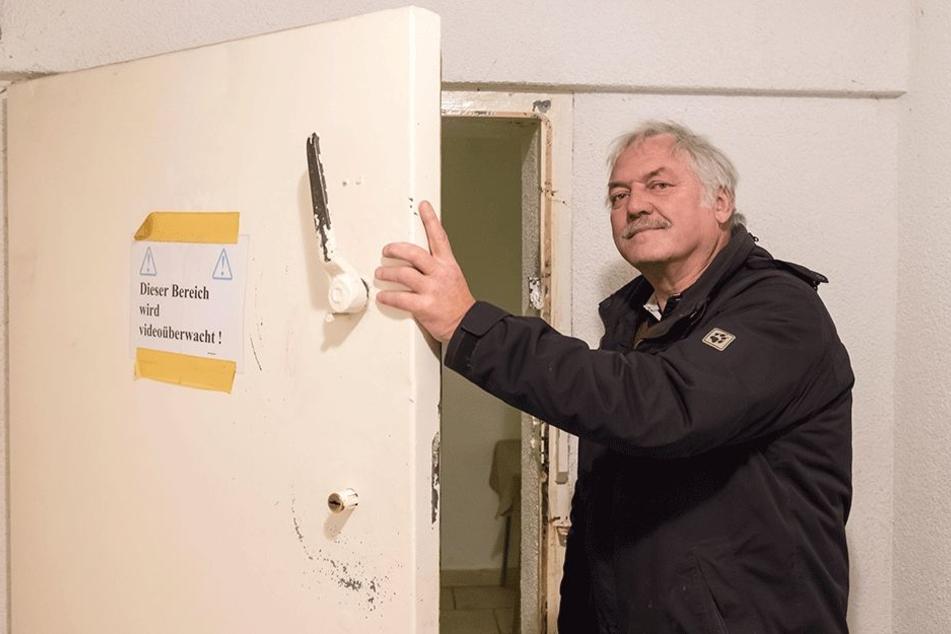 Klaus Ahnert zeigt, wie gut der Schützenclub geschützt ist.