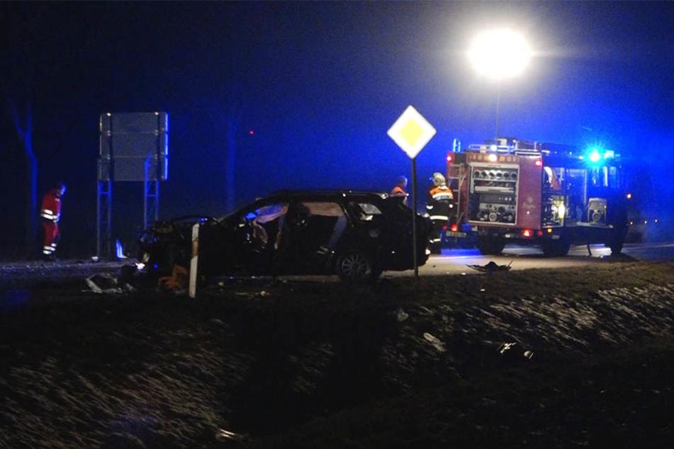 Bei dem Crash wurde eine Person so schwer eingeklemmt, dass sie verstarb.