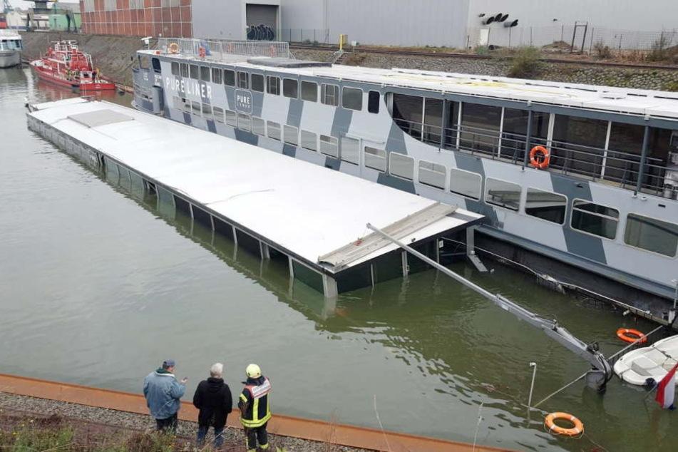 Es gucken nur noch die oberen Etagen des Schiffs aus dem Wasser.