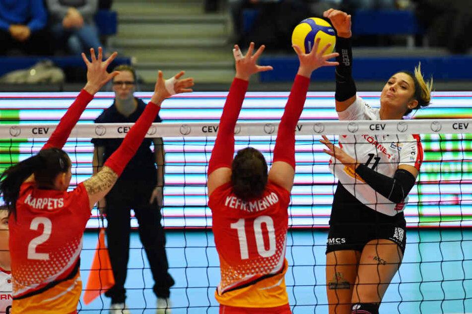 Milica Kubura (r.) machte sich lang und schmetterte gegen den Block mit Diana Karpets (l.) und Anna Yefremenko.