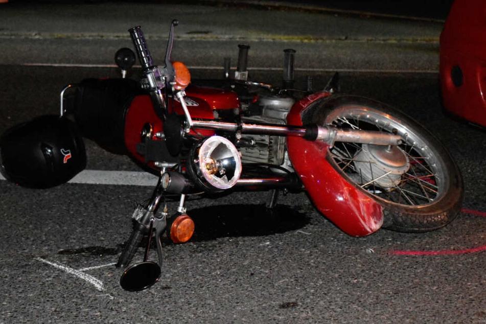 """Der Fahrer dieses Mopeds der DDR-Marke """"Simson"""" kam schwerverletzt in ein Krankenhaus."""