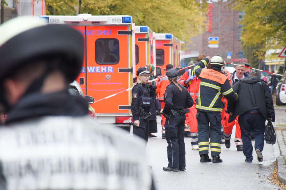 Mehrere Rettungswagen versorgten die durch die Säure verletzten Menschen.