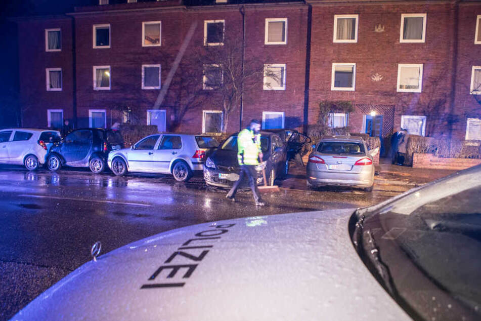 Bei einem Unfall in Hamburg stehen zusammengeschobene parkende Autos an einem Straßenrand.