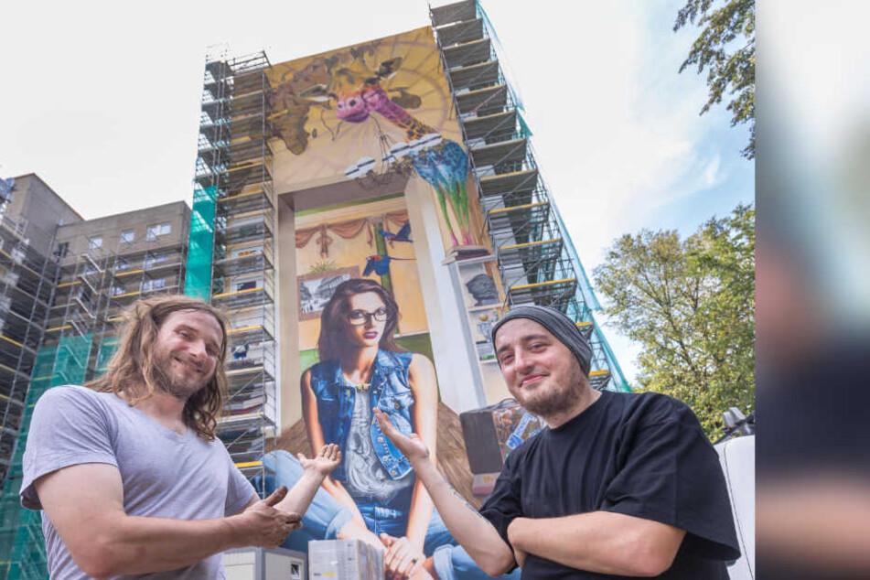 Rebel-Art-Künstler Guido Günther (29) und Markus Esche (35, r.) präsentieren das neue Wandbild am Hochhaus der Georgstraße 24/26.