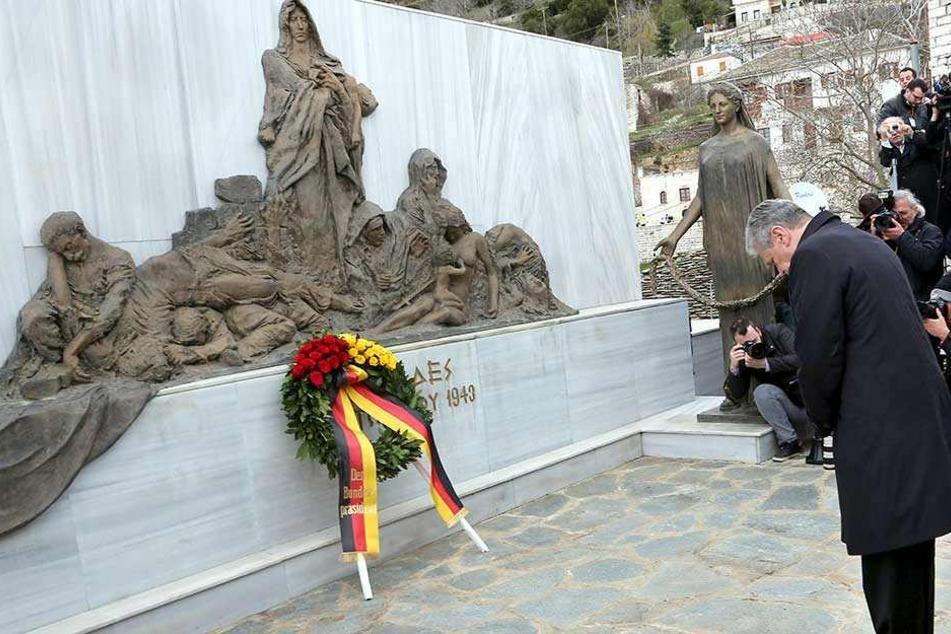 Bundespräsident Joachim Gauck legte 2014 am Mahnmal von Lingiades in Griechenland einen Kranz nieder. Am 3. Oktober 1943 hatten deutsche Soldaten Kinder, Frauen und alte Menschen hier brutal ermordet.