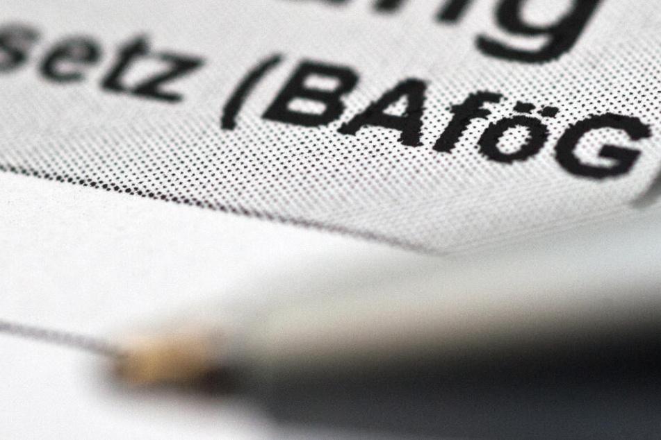 Ein Antrag für Bafög liegt auf einem Tisch.