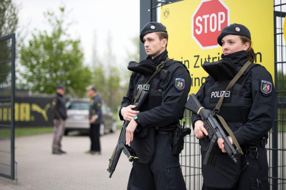 Die Polizei bewacht nach dem Anschlag das Trainingsgelände.