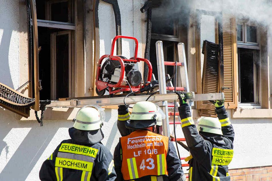 Die Feuerwehr verschafft sich Einstieg durch das Fenster.