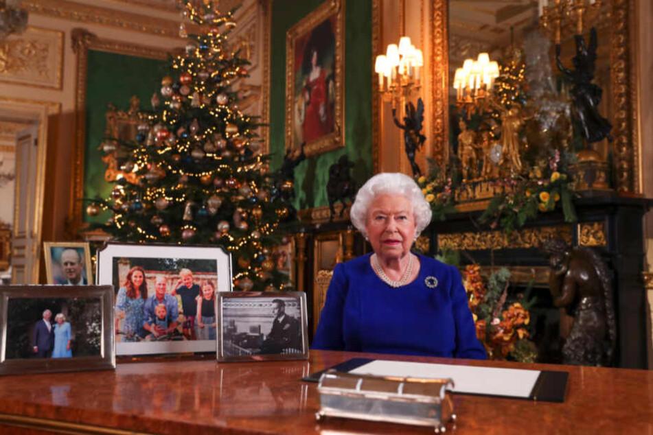 Die britische Königin Elizabeth II. hat - ihre Familie betreffend - ein turbulentes Jahr hinter sich. Nun feierte sie auch noch das Weihnachtsfest ohne ihren Lieblingsenkel, Prinz Harry.