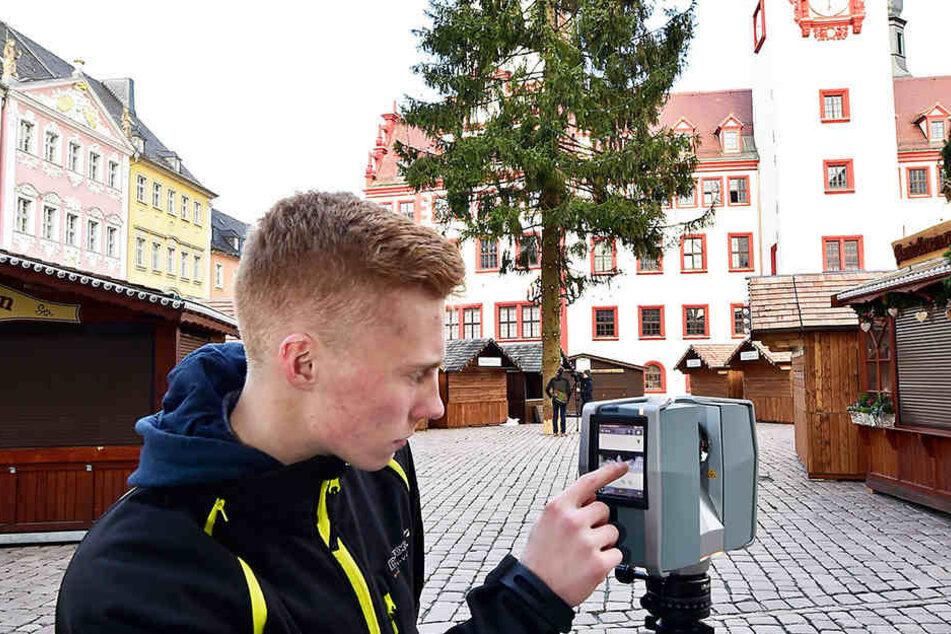 Azubi Toni Wüstenhagen (19) vom Vermessungsbüro Wuttke vermisst den  Chemnitzer Weihnachtsbaum. Der Laserscanner erzeugt eine Datei mit 43 Millionen  Punkten.