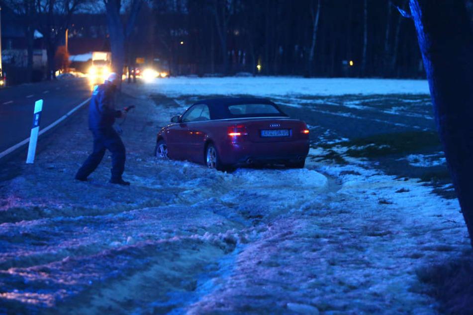 Der Audi musste dem Anhänger ausweichen und landete im Straßengraben.