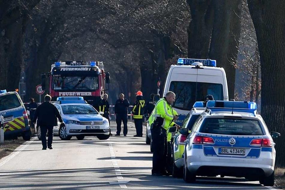 Einsatzkräfte an der Stelle, wo zwei Polizisten tot gefahren wurden.