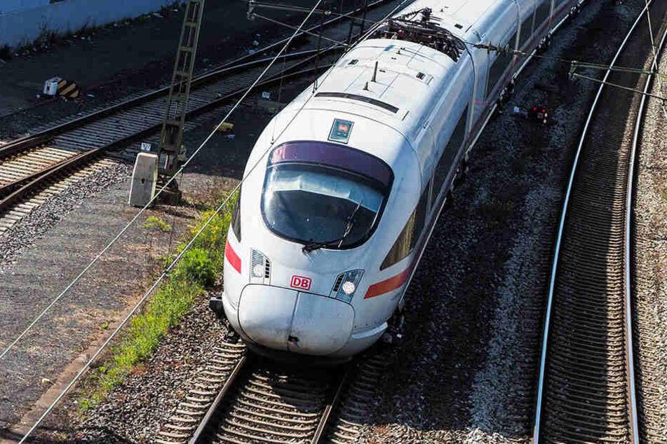 Ein Zug überrollte am Samstagmorgen einen 41-Jährigen, der im Gleisbett lag.
