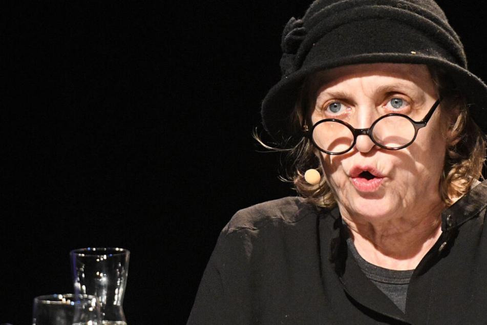 Die Schauspielerin Katharina Thalbach sitzt bei einer Lesung im Rahmen des Literaturfestivals Lit.Cologne auf der Bühne.