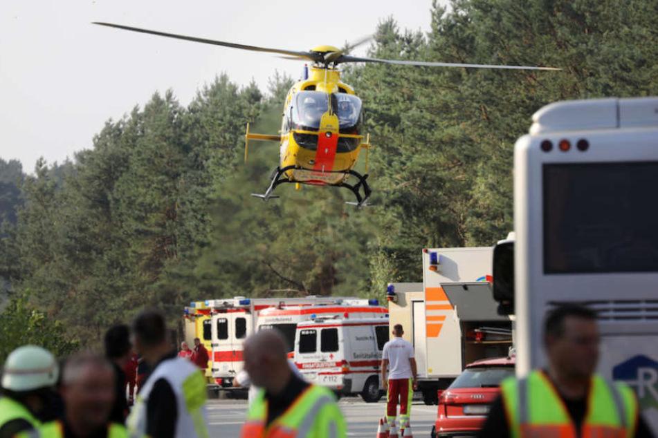 Einer der vier eingesetzten Hubschrauber fliegt Verletzte ins Krankenhaus.