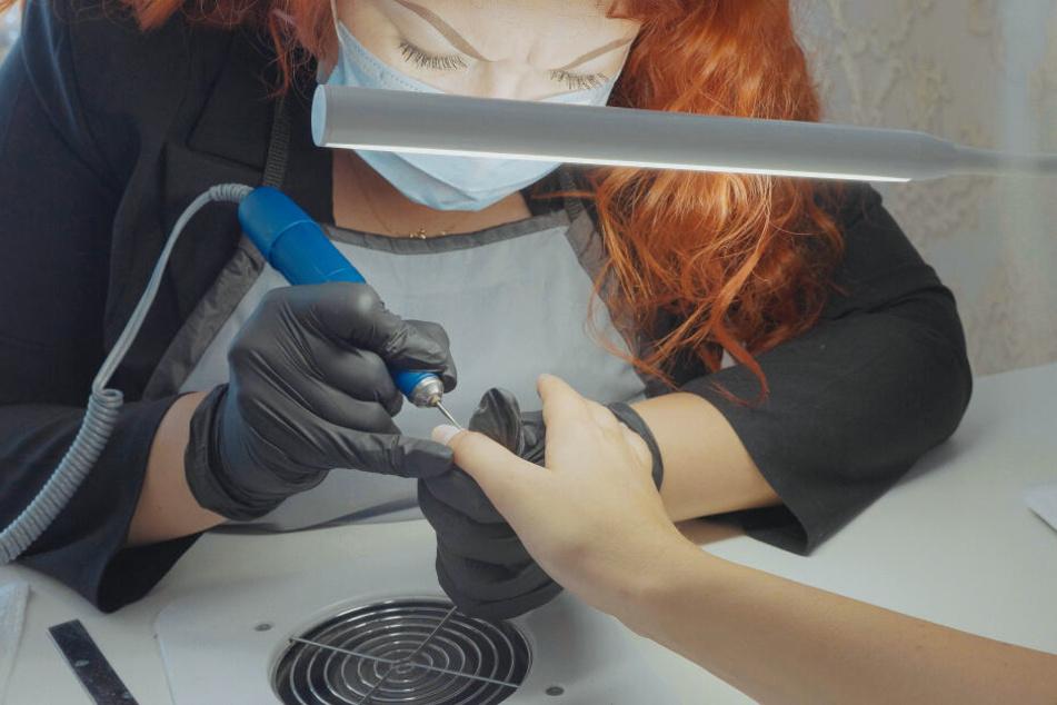 Eine Frau feilt einer Kundin die Nägel in einem Nagelstudio. (Symbolbild)