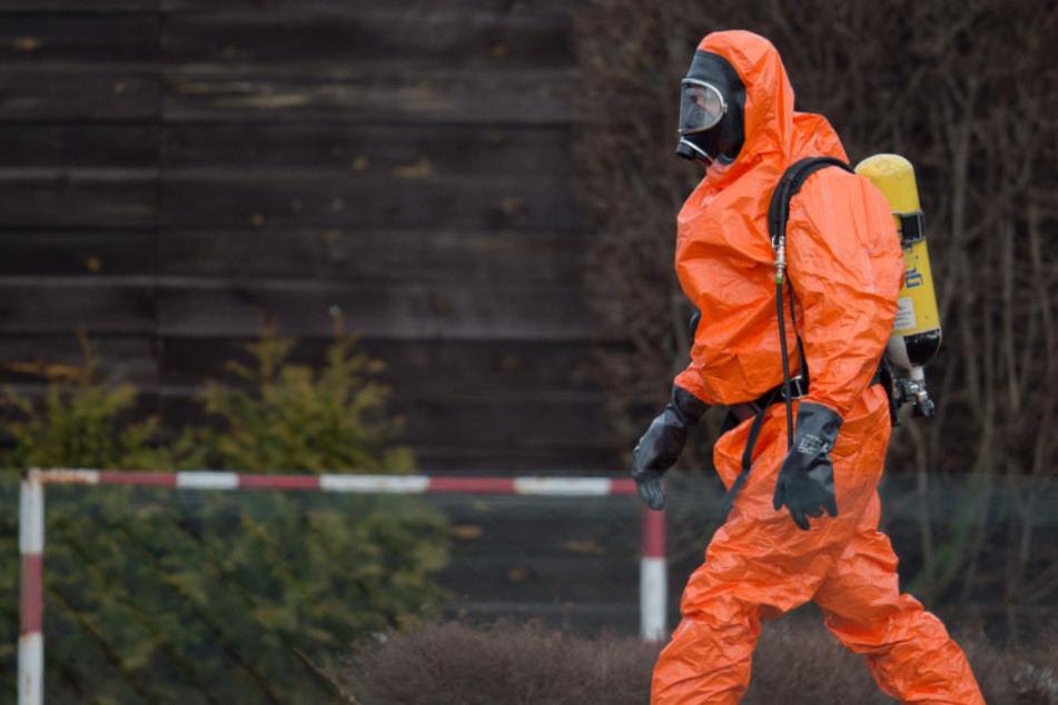 Rettungskräfte der Feuerwehr nähern sich der Chemikalie. (Symbolbild)
