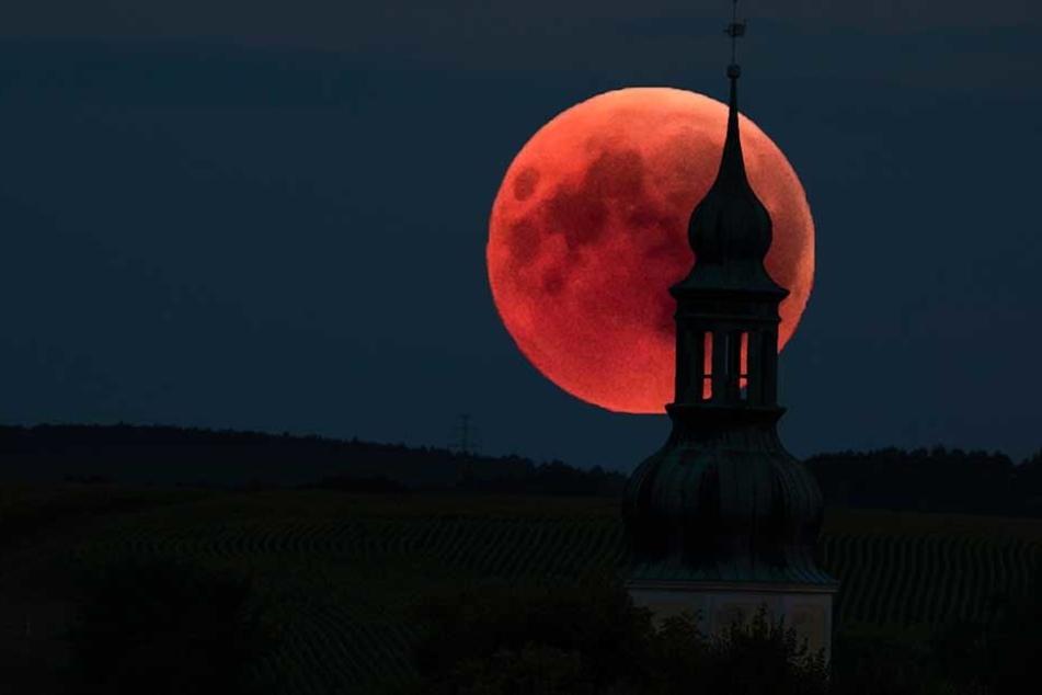 Dunkelrot und extrem selten: Die längste Mondfinsternis des Jahrhunderts hat Deutschland in ihren Bann gezogen.
