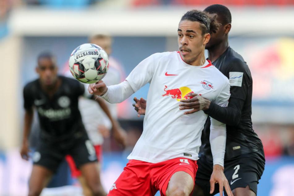 RB Leipzigs Yussuf Poulsen (l.) im Duell mit Frankfurts Evan Ndicka.
