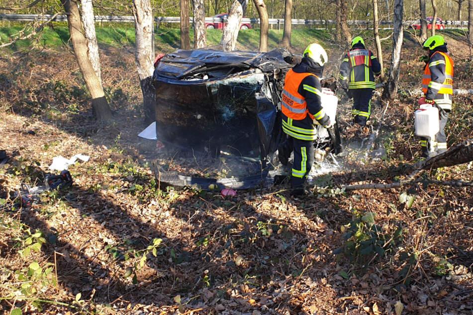 Tödlicher Unfall in Waldstück: Frau aus ihrem Kleinwagen geschleudert