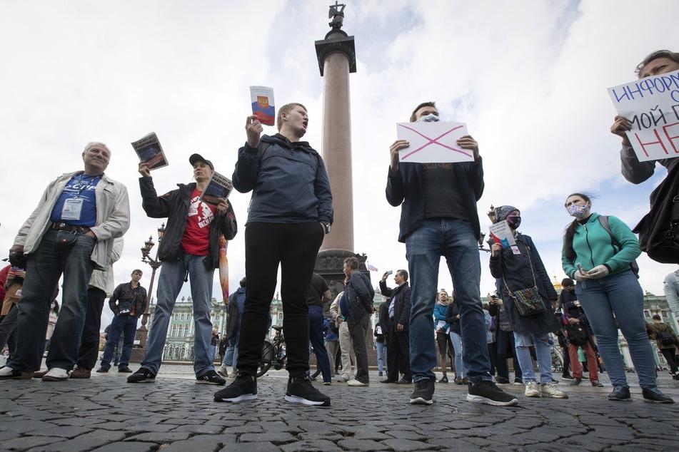 1. Juli, St. Petersburg: Menschen demonstrieren gegen die geplante Verfassungsänderung auf dem Palastplatz. Wenige Stunden später wurde bekannt, dass diese in Kraft tritt.